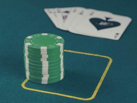 chip poker hijau di atas meja